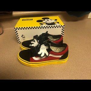 3347c91da Vans Mickey Disney Old Skool V Hugs Mouse Kids 2.5